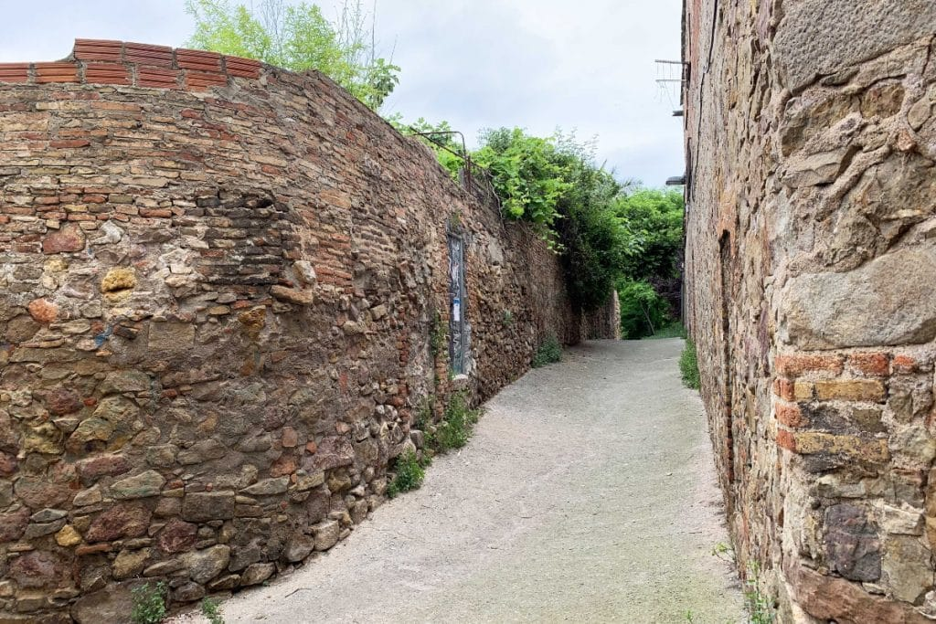 Un muro histórico de Barcelona es destruido parcialmente por unas obras